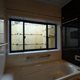 枚方市 T様邸蔵と母屋のリノベーション工事 (坪庭が見える浴室)