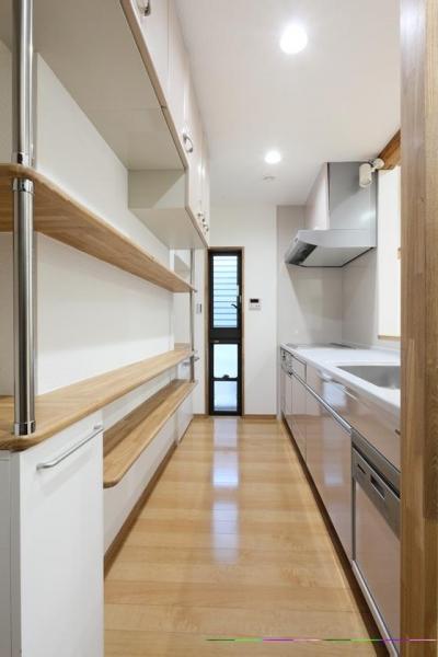 収納たっぷりのキッチン (枚方市 T様邸蔵と母屋のリノベーション工事)