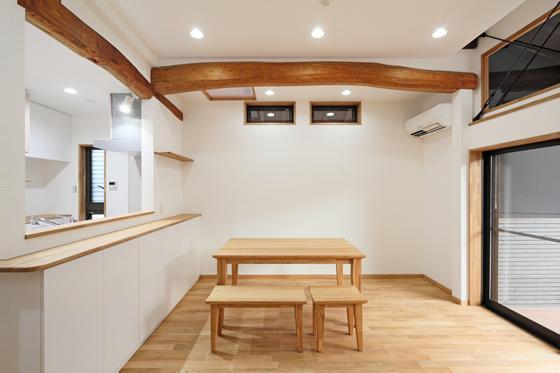 枚方市 T様邸蔵と母屋のリノベーション工事の写真 自然光がたくさん入る明るいリビング