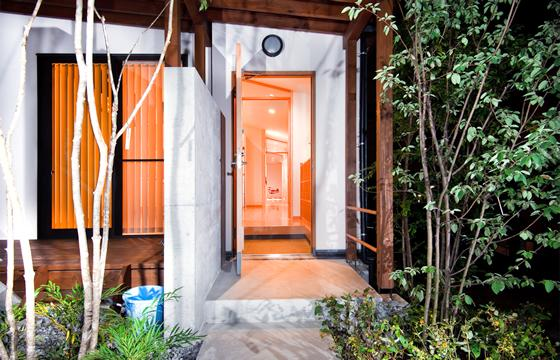 K・プラン・サ-ビスの注文住宅の家 (リビングからつづくバルコニーとデッキ)