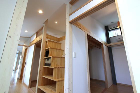 K・プラン・サ-ビスの注文住宅の家 (廊下にある収納スペース)