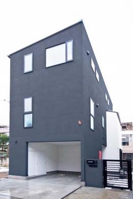 シンプルモダンの家 (ツートーンの落ち着いた雰囲気の外観)