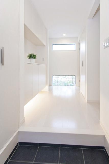 シンプルモダンの家の部屋 明るい光が差し込む玄関