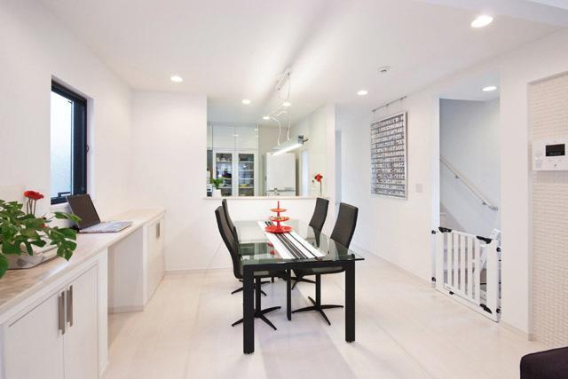 シンプルモダンの家の部屋 白い清潔感のあるダイニング