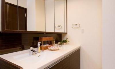 ダブルボウルのある洗面室|自然に家族とのコミュニケーションが取れる家