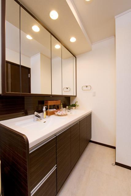 自然に家族とのコミュニケーションが取れる家の部屋 ダブルボウルのある洗面室