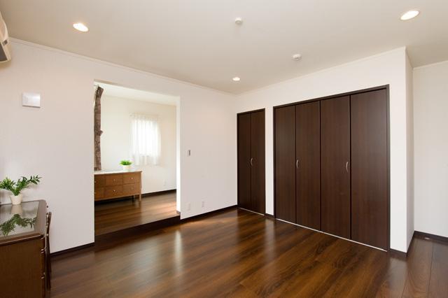 自然に家族とのコミュニケーションが取れる家の部屋 落ち着いて仕事ができる空間