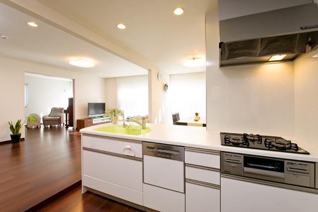 自然に家族とのコミュニケーションが取れる家の部屋 お子様の気配を常に感じることができるキッチン