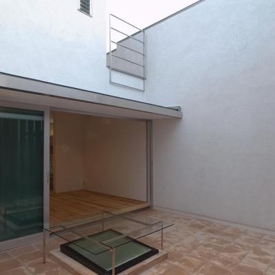 広間と一体化するテラコッタの中庭01 犬と暮らす (減築することで生まれた中庭|狭小住宅のリノベーション)