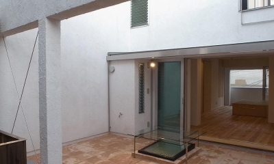減築することで生まれた中庭|狭小住宅のリノベーション (広間と一体化するテラコッタの中庭02)