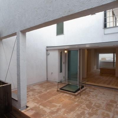 広間と一体化するテラコッタの中庭02 (減築することで生まれた中庭|狭小住宅のリノベーション)