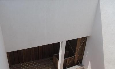減築することで生まれた中庭|狭小住宅のリノベーション (減築し光と風と取り込む01 外壁くり抜きデッキへ繋がる)