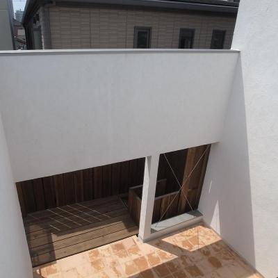 減築し光と風と取り込む01 外壁くり抜きデッキへ繋がる (減築することで生まれた中庭|狭小住宅のリノベーション)