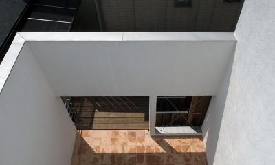 減築することで生まれた中庭|狭小住宅のリノベーション (減築し光と風と取り込む02 外壁くり抜きデッキへ繋がる)
