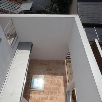 減築し光と風と取り込む03 外壁くり抜きデッキへ繋がる (減築することで生まれた中庭|狭小住宅のリノベーション)
