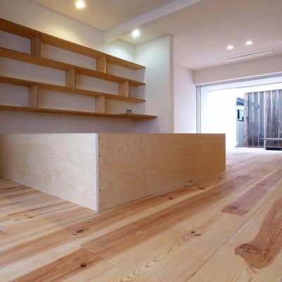 減築することで生まれた中庭 狭小住宅のリノベーション (エコバーチ積層合板の家具01 床:広幅ボルドーパイン)