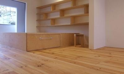 減築することで生まれた中庭|狭小住宅のリノベーション (エコバーチ積層合板の家具02 床:広幅ボルドーパイン)