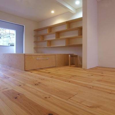エコバーチ積層合板の家具02 床:広幅ボルドーパイン (減築することで生まれた中庭|狭小住宅のリノベーション)
