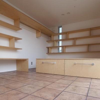 エコバーチ積層合板の家具03 床:テラコッタ (減築することで生まれた中庭|狭小住宅のリノベーション)