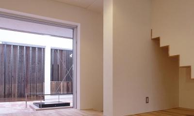 減築することで生まれた中庭|狭小住宅のリノベーション (減築し光と風と取り込む04 リビングから中庭を見る)