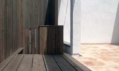 減築することで生まれた中庭|狭小住宅のリノベーション (広間と一体化するテラコッタの中庭03 一部ウッドデッキ)