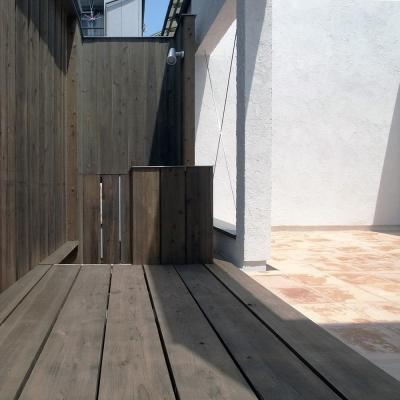 広間と一体化するテラコッタの中庭03 一部ウッドデッキ (減築することで生まれた中庭|狭小住宅のリノベーション)