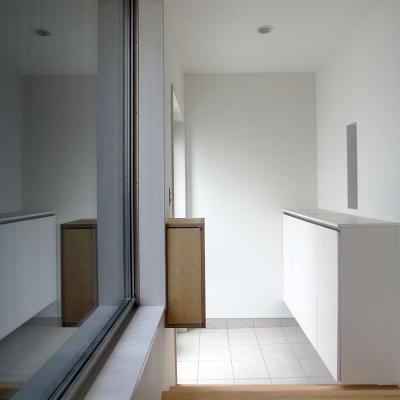 白い玄関 (減築することで生まれた中庭 狭小住宅のリノベーション)