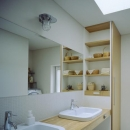 緩やかにつながる家の写真 ダブルボウルのある洗面室