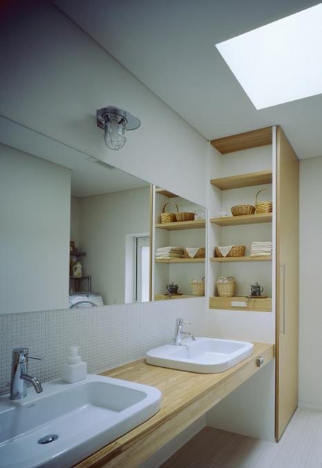 緩やかにつながる家の部屋 ダブルボウルのある洗面室