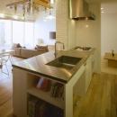 緩やかにつながる家の写真 本棚のあるキッチン