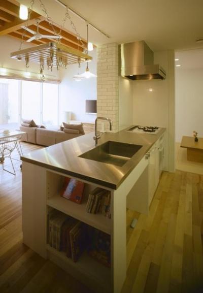 本棚のあるキッチン (緩やかにつながる家)