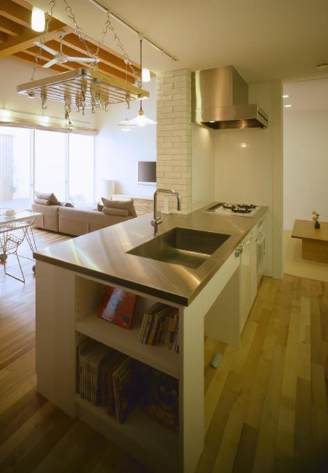 緩やかにつながる家の部屋 本棚のあるキッチン