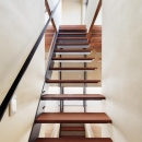 大きな部屋と小さな部屋の写真 手すりのあるオープン型階段
