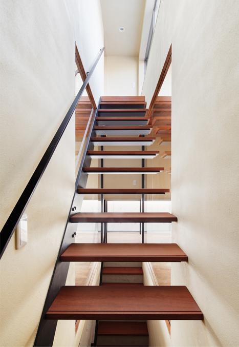 大きな部屋と小さな部屋の部屋 手すりのあるオープン型階段