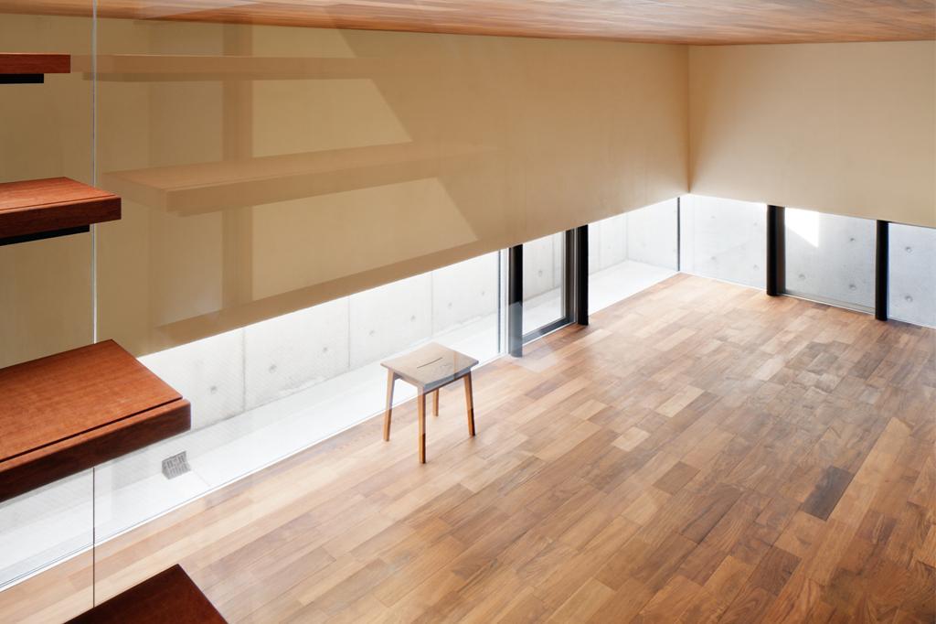 大きな部屋と小さな部屋の部屋 低い水平窓のあるリビング