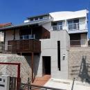 「Kurenai色のある家」の写真 高低差のある敷地に建てられた混構造の外観