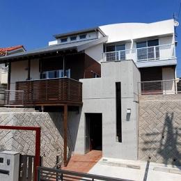 高低差のある敷地に建てられた混構造の外観 (「Kurenai色のある家」)