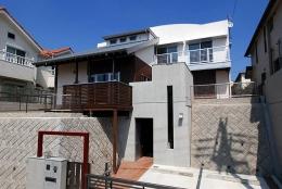 「Kurenai色のある家」 (高低差のある敷地に建てられた混構造の外観)