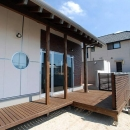 「Kurenai色のある家」の写真 ウッドデッキテラス