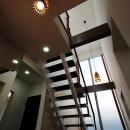 「Kurenai色のある家」の写真 吹き抜け、階段見上げ