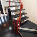 「Kurenai色のある家」の写真 紅色の手すりがインパクトのある階段