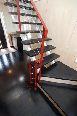 「Kurenai色のある家」 (紅色の手すりがインパクトのある階段)