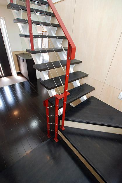 「Kurenai色のある家」の部屋 紅色の手すりがインパクトのある階段