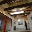 「Kurenai色のある家」の写真 シーリングファンのあるリビング