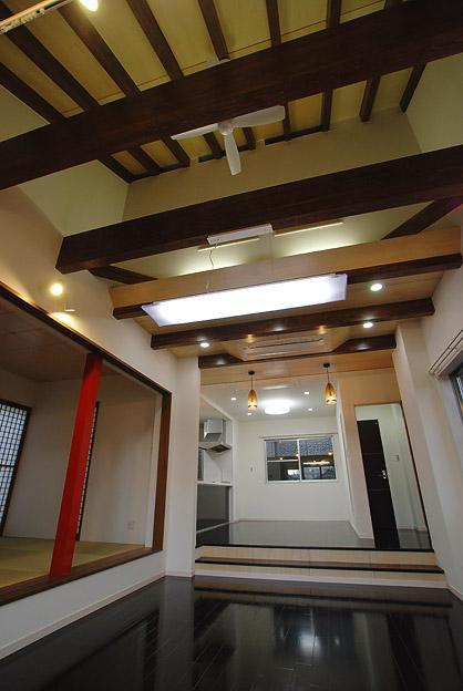「Kurenai色のある家」の部屋 シーリングファンのあるリビング