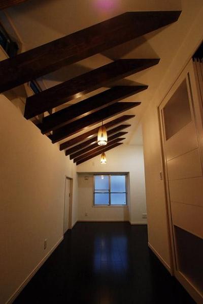 「Kurenai色のある家」 (屋根裏にある書斎)