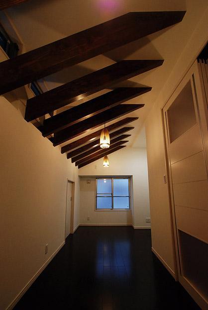 書斎事例:屋根裏にある書斎(「Kurenai色のある家」)