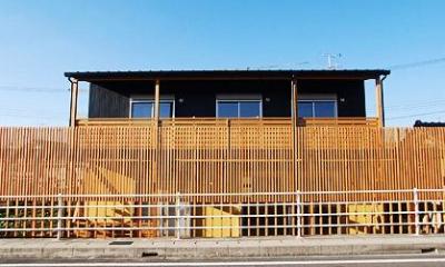 連格子の半可視な壁がある外観|「連格子のある家」