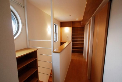 「連格子のある家」 (収納棚のある2階ホール)