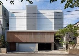 元住吉の医院併設住宅 (インナーガレージのある広々とした外観)